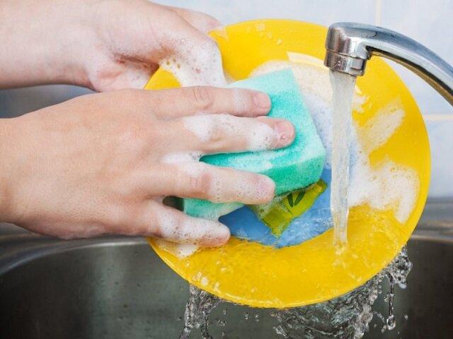 Отмывает посуду