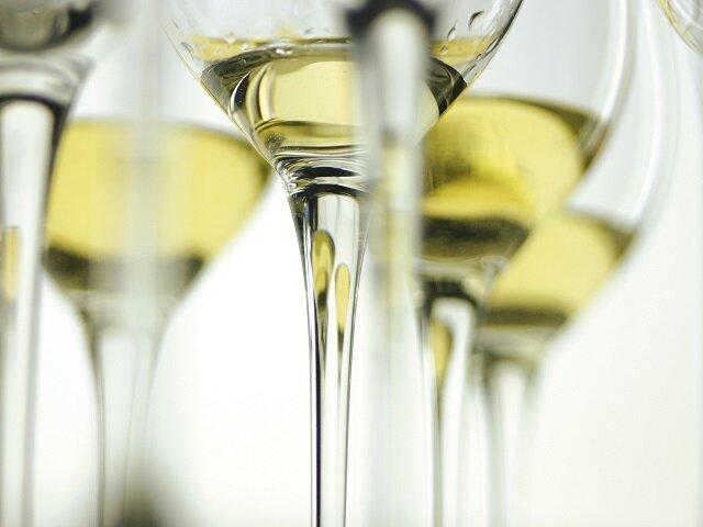 Как вывести пятна от белого вина