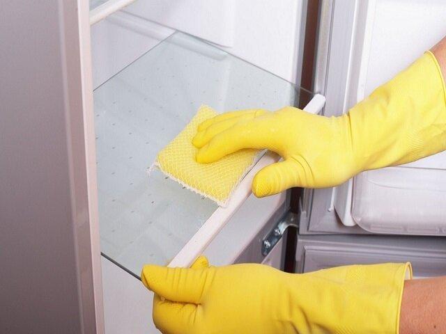 Помыть полки в холодильнике