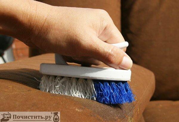 Удаляем кофейное пятно с поверхности дивана