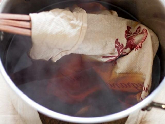 Удивительно, но после 6-часовой выдержки в этом коричневатом растворе полотенца станут белоснежными.