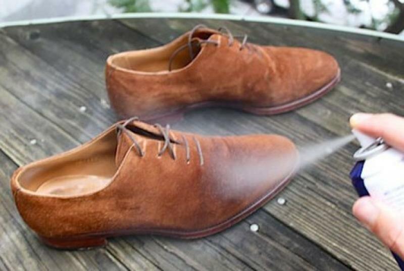 Перед первым выходом на улицу в новенькой обуви из нубука обработайте ее специальной пропиткой
