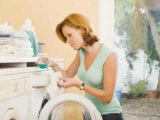 постирайте испачканную одежду