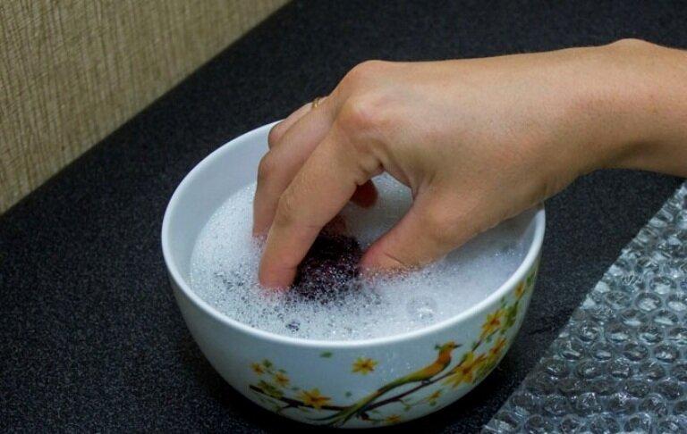 Нанесите мыльный раствор губкой.