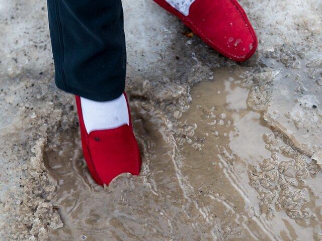 Почему замшевая обувь теряет свой вид