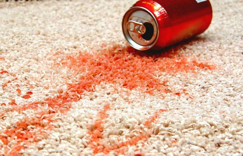 Появление на ковре пятен от напитков или еды