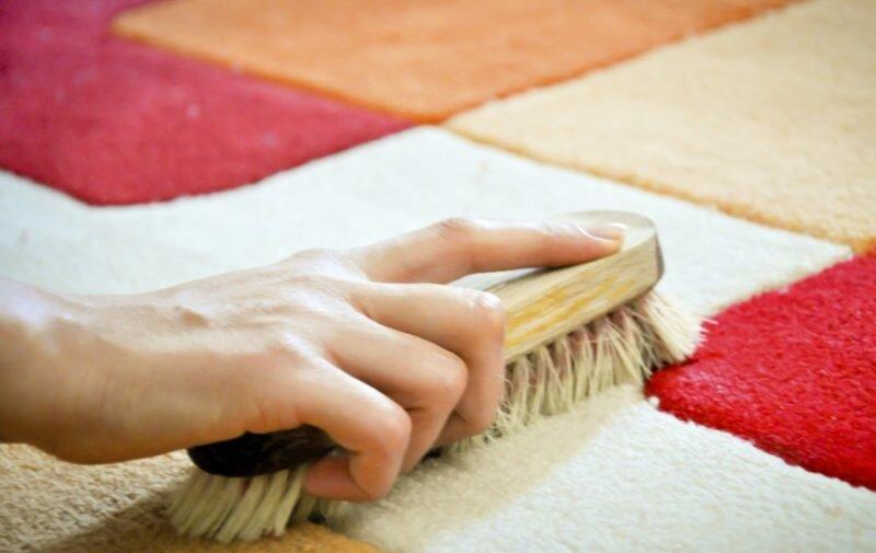 Быстро вернуть первоначальный цвет ковру можно при помощи слабого уксусного раствора.