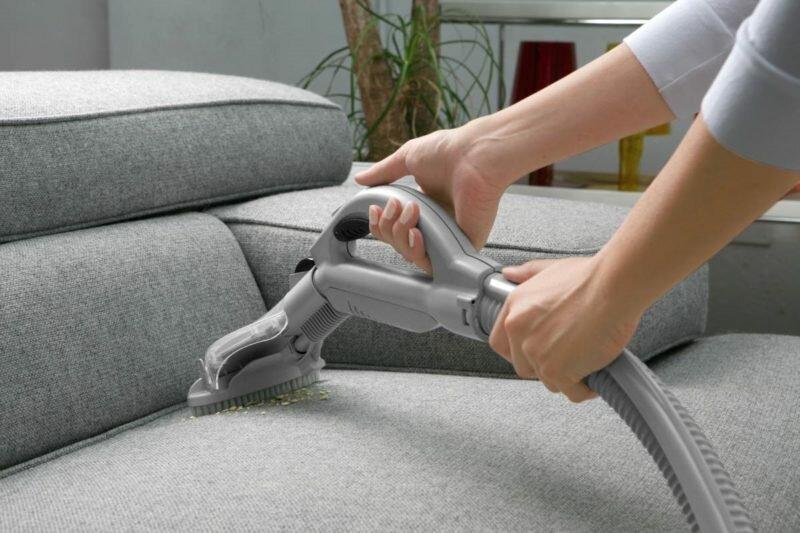 Если во время ремонта в доме находилась мягкая мебель, то ее необходимо тщательно пропылесосить и провести чистку мягкой мебели с использованием моющих средств.