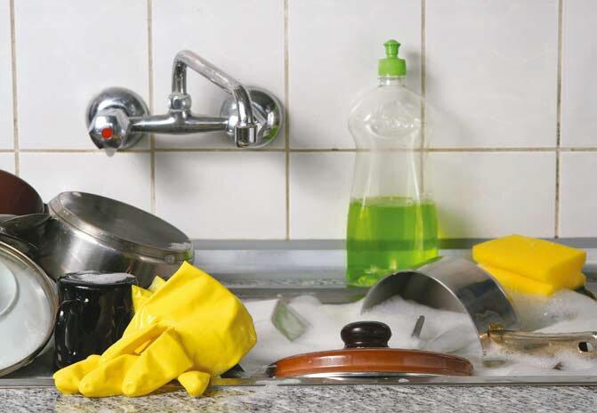 Чтобы после мытья окон на них не осталось разводов, рекомендуется использовать моющее средство для посуды или уксус с водой.