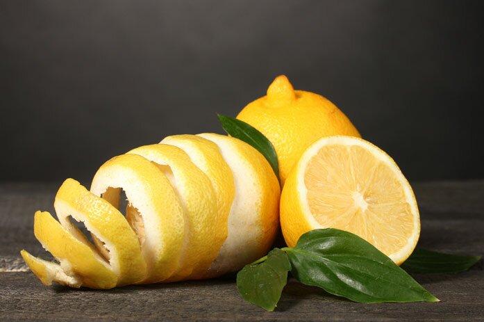 Возьмите кожуру лимона или апельсина и положите на стол