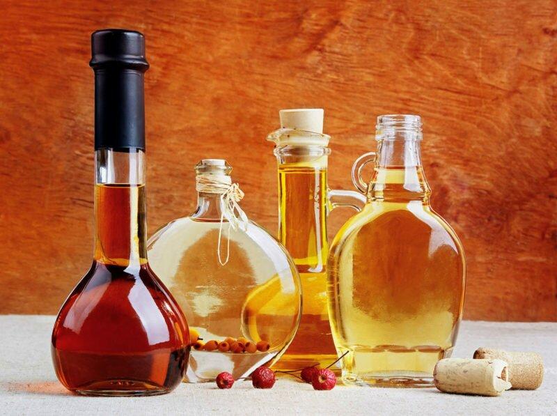 Натуральный или столовый уксус, а также уксусная эссенция способны очищать, растворять, отбеливать, устранять запахи и выполнять множество других функций