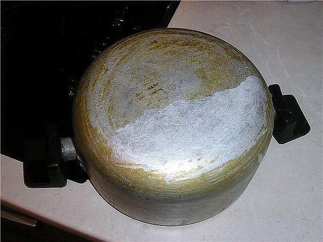 Как убрать темные пятна с кастрюль и сковородок?