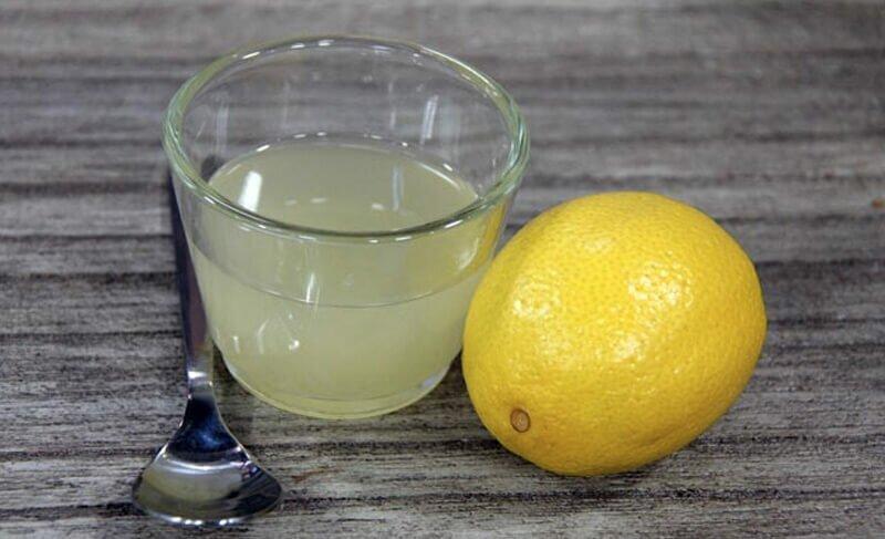 Свежие пятна крови с дивана можно убрать при помощи лимонного сока и поваренной соли, смешанных в одинаковых пропорциях.