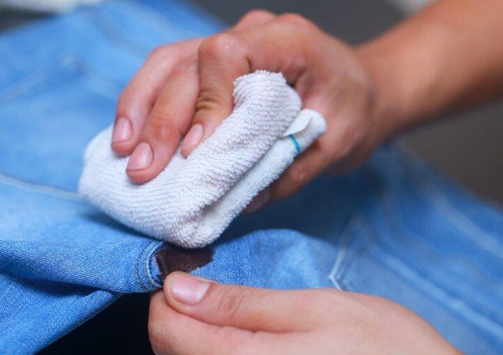 Для выведения крови с джинсов применяются также чистящие и моющие средства, содержащие активный кислород.