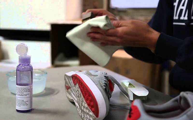 К подготовительному этапу также относится предварительная чистка обуви сухой щеткой.