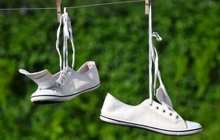 Когда стирка окончена, кроссовки тщательно просушивают при помощи специальных сушилок, на солнце или на батарее.