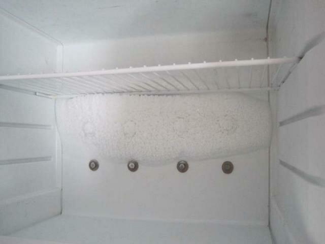 Очищаем заднюю стенку холодильника