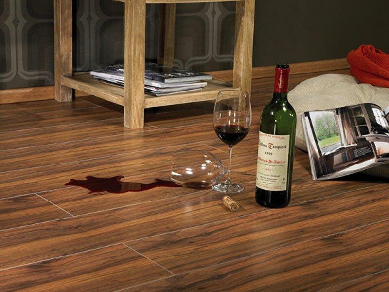 Пятна от вина и алкоголя можно убрать с помощью денутарированного спирта
