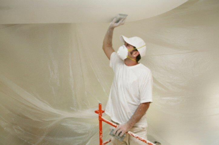 Щёткой исцарапайте потолок.