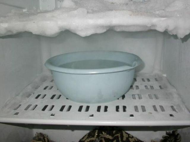 Почему появляется иней на стенках холодильника