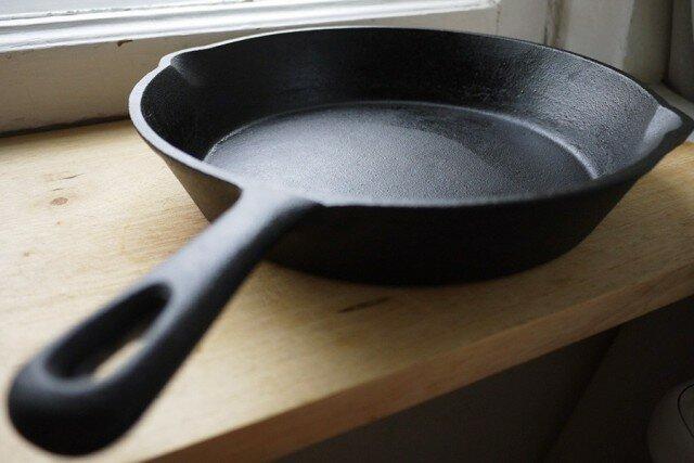 Чугунные, алюминиевые и стальные сковородки – спасаем самую надежную посуду на кухне