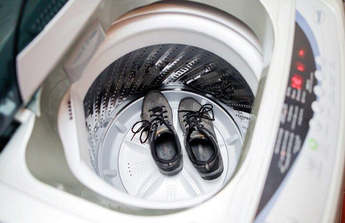 Можно ли и как стирать замшевые кроссовки и замшевую обувь в стиральной машине