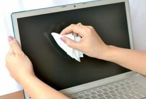 Чем протирать экран ноутбука в домашних условиях