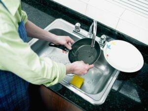 Вода, губка и моющее средство